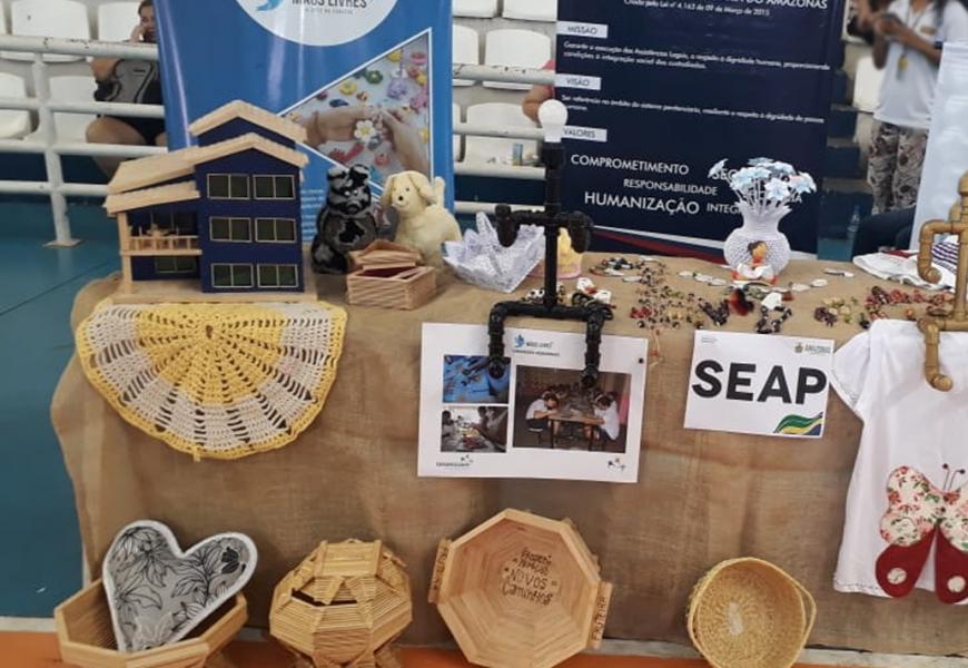 Internos expõem trabalhos em feira de artesanato